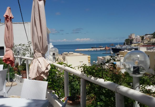 Affitto per camere a Ponza - da Laura matrimoniale  gialla